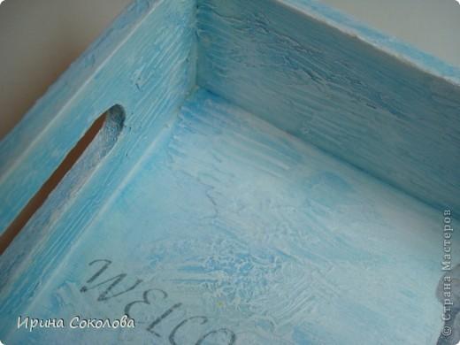 В набор входят три подстаканника в виде спасательных кругов и поднос. Подстаканники (пробковые) покрашены акриловыми красками, по краю приклеен жгут, небольшое напыление краской слоновая кость.  На подносике прямой декупаж салфетки и распечатки (надпись), рельеф и объемные элементы сделаны с помощью трафарета, текстурной пасты и шпатлевки. Вся работа покрыта матовым акриловым лаком.  фото 6