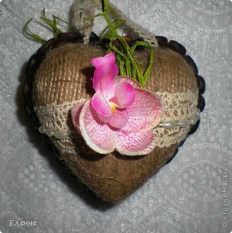 Доброго времени, мои дорогие жители нашей любимой СМ!!! Я к вам со своей давней мечтой- сделать свадебное дерево с размахом))) Клиент заказал орхидеи и все,а дальше только моя фантазия и видение столь романтического и важного события. Ведь очень хочется,чтобы клиент был горд своим подарком)))))  Итак,набор состоит из собственно топиария, карты поздравительной и сердечка-подвески(это бонус,о нем ещё не знают))))) Вот они вместе)) ещё не упаковала,приедут забирать упакую)))) фото 2