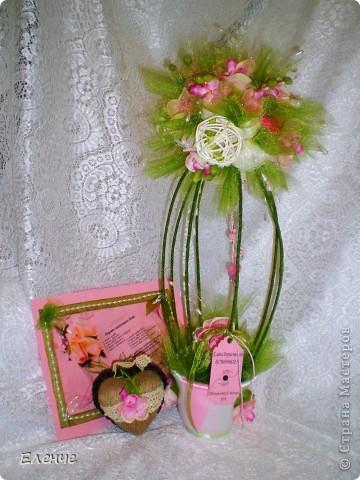 Доброго времени, мои дорогие жители нашей любимой СМ!!! Я к вам со своей давней мечтой- сделать свадебное дерево с размахом))) Клиент заказал орхидеи и все,а дальше только моя фантазия и видение столь романтического и важного события. Ведь очень хочется,чтобы клиент был горд своим подарком)))))  Итак,набор состоит из собственно топиария, карты поздравительной и сердечка-подвески(это бонус,о нем ещё не знают))))) Вот они вместе)) ещё не упаковала,приедут забирать упакую)))) фото 1