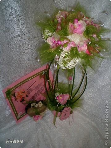 Доброго времени, мои дорогие жители нашей любимой СМ!!! Я к вам со своей давней мечтой- сделать свадебное дерево с размахом))) Клиент заказал орхидеи и все,а дальше только моя фантазия и видение столь романтического и важного события. Ведь очень хочется,чтобы клиент был горд своим подарком)))))  Итак,набор состоит из собственно топиария, карты поздравительной и сердечка-подвески(это бонус,о нем ещё не знают))))) Вот они вместе)) ещё не упаковала,приедут забирать упакую)))) фото 12
