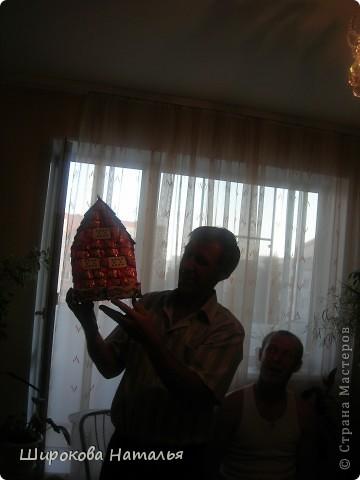 В подарок дяде решила сделать макет его строящегося дома. Дом из красного киртича на белом фундаменте, с зеленой крышей, двухэтажный. В выборе продуктов ориентировалась не только на цвет и форму, но и на вкусы дяди. фото 4