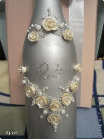 Здравствуйте, мастера и мастерицы. Очередное мое мучение ))) делала в подарок на серебряную свадьбу.. Простите за качество и фон, доделывала бутылку уже ночью, очень торопилась, потому что надо было уезжать  фото 2