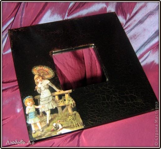 Работа простая. Икеевкое зеркало черное (не грунтовала), обезжирила, наклеила на клей ПВА вырубную аппликацию, кракелюр парой Solo Goya затирала золотым воском.  фото 2