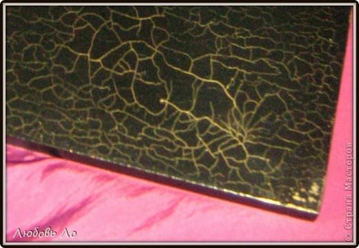 Работа простая. Икеевкое зеркало черное (не грунтовала), обезжирила, наклеила на клей ПВА вырубную аппликацию, кракелюр парой Solo Goya затирала золотым воском.  фото 4