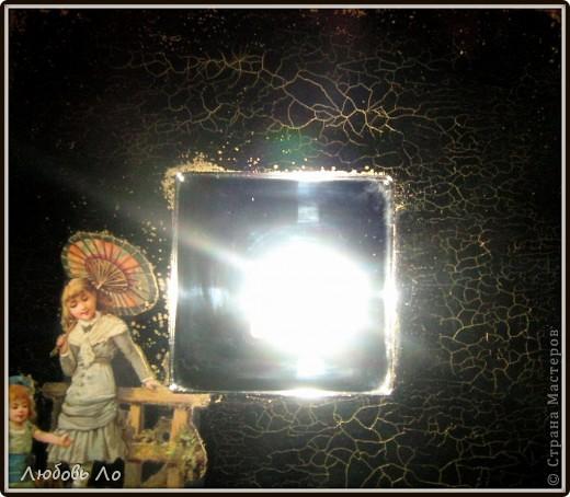 Работа простая. Икеевкое зеркало черное (не грунтовала), обезжирила, наклеила на клей ПВА вырубную аппликацию, кракелюр парой Solo Goya затирала золотым воском.  фото 3