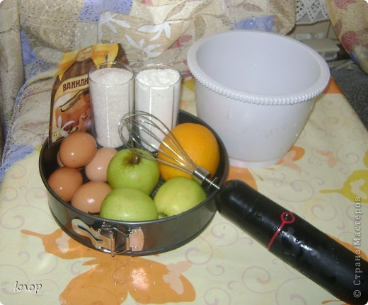 Всем привет!!!! вчера моей дочурки исполнился годик. В честь этого я испекла  шарлотку. Вкусную, нежную и ароматную! И предлагаю Вам ее попробовать.  Нам понадобится: Стакан муки, стакан сахара, 5 яиц, 2 яблока(на фото 3 яблока-думала 3 использовать, а в итоге 2), апельсин, щепотка ванилина, форма, миксер  фото 1