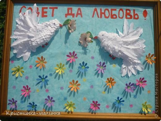 Пыталась сделать голубков, но получились такие вот беленькие пичужки. Они держат в клювиках цветочки. Порхают над цветочной полянкой. фото 1