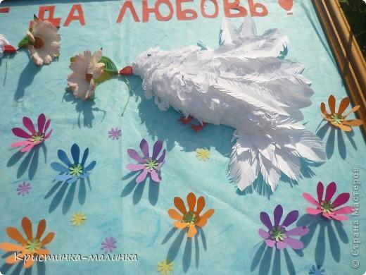 Пыталась сделать голубков, но получились такие вот беленькие пичужки. Они держат в клювиках цветочки. Порхают над цветочной полянкой. фото 2