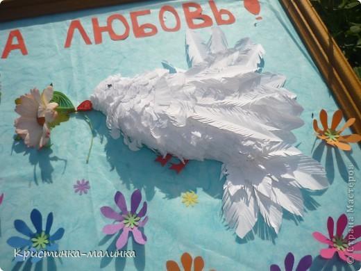 Пыталась сделать голубков, но получились такие вот беленькие пичужки. Они держат в клювиках цветочки. Порхают над цветочной полянкой. фото 8