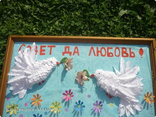Пыталась сделать голубков, но получились такие вот беленькие пичужки. Они держат в клювиках цветочки. Порхают над цветочной полянкой. фото 9
