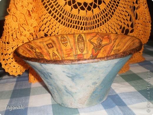 Лето....Ничего особо делать не хочется...Но подкопилось много обьектов для декупажа.По-тихоньку надо делать.Купила вот вазу.Она была ручной работы .Грубой работы.И при покупке видела на ней только салфетку с видом Африки.Клеила кусочками.Еше надо будет покрывать финишным слоем лака. фото 3