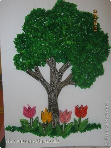 """дървото е направено върху картинка за оцветяване от интернет. Листата са  от хартия """"Тишу"""" с размери 1/1 см, която е навита около дръжката на четка за русиване и залепена върху предварително намазана с лепило повърхност. Останалото го знаете."""