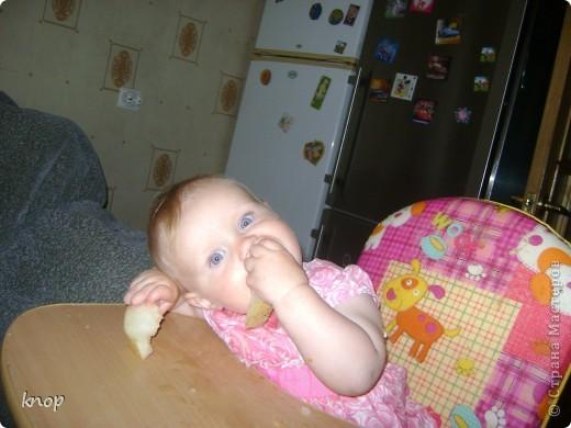 Всем привет!!!! вчера моей дочурки исполнился годик. В честь этого я испекла  шарлотку. Вкусную, нежную и ароматную! И предлагаю Вам ее попробовать.  Нам понадобится: Стакан муки, стакан сахара, 5 яиц, 2 яблока(на фото 3 яблока-думала 3 использовать, а в итоге 2), апельсин, щепотка ванилина, форма, миксер  фото 14
