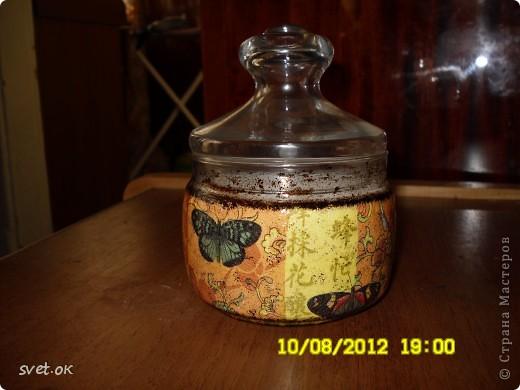 Здравствуйте, дорогие Мастерицы! мое новое вытворение))) бутылка из-под горячительного. увидела такую салфетку- устоять не смогла.. декупаж прямой и обратный. фото 7