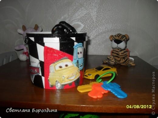 Небольшое ведро (по моему там была когда то шпаклевка), переделала для мелких игрушек внука. Теперь с удовольствием собираем туда маленькие машинки или конструктор. фото 2