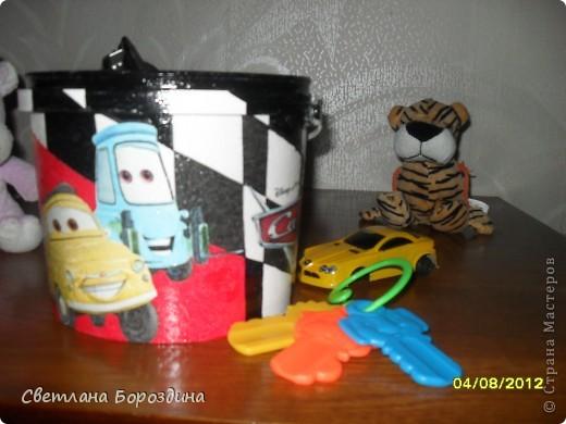 Небольшое ведро (по моему там была когда то шпаклевка), переделала для мелких игрушек внука. Теперь с удовольствием собираем туда маленькие машинки или конструктор. фото 1