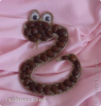 """Змеюшек становится всё больше. Начинается усиленная подготовка """"саней"""" :))) Это кофейная змеюшка-магнит. Первая. Блинчик такой. Будут и другие :))) фото 1"""