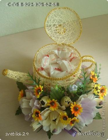 Моя последняя новинка чайник с рафаэлло .Оформление захотелось поярче сделать добавила искуст. цветочки. Крышка кривовата получилась ,но это же первый чайник ,второй будет лучше. фото 3