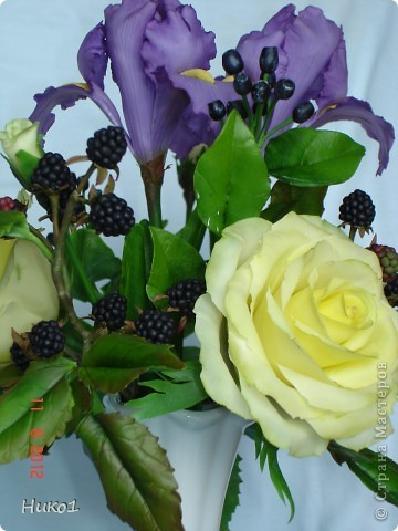 Дорогие мастерицы! Хочу показать вам новую работу - только сегодня закончила! Как всегда в композиции 3 розы, 2 ириса и ягодки ежевики и ирги. Очень давно хотела сделать ежевичку, но как-то руки не доходили... И вот наконец она появилась! Думала, что вместе с такими изысканными цветами как розы и ирисы эти ягоды не будут смотреться, но оказалось, что они очень подходят и по цвету и по фактуре и совсем не кажутся чужеродным элементом в букете... фото 3
