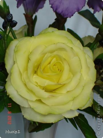 Дорогие мастерицы! Хочу показать вам новую работу - только сегодня закончила! Как всегда в композиции 3 розы, 2 ириса и ягодки ежевики и ирги. Очень давно хотела сделать ежевичку, но как-то руки не доходили... И вот наконец она появилась! Думала, что вместе с такими изысканными цветами как розы и ирисы эти ягоды не будут смотреться, но оказалось, что они очень подходят и по цвету и по фактуре и совсем не кажутся чужеродным элементом в букете... фото 5