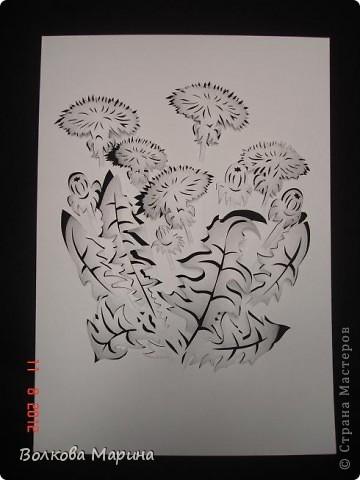 После розы меня потянуло на одуванчики. Очень мне понравилось создавать картину из обычного листа бумаги. Цветы вырезаны, приподняты и им придала объём. Получилось необычно и красиво!!! фото 1