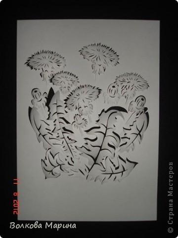 После розы меня потянуло на одуванчики. Очень мне понравилось создавать картину из обычного листа бумаги. Цветы вырезаны, приподняты и им придала объём. Получилось необычно и красиво!!! фото 2
