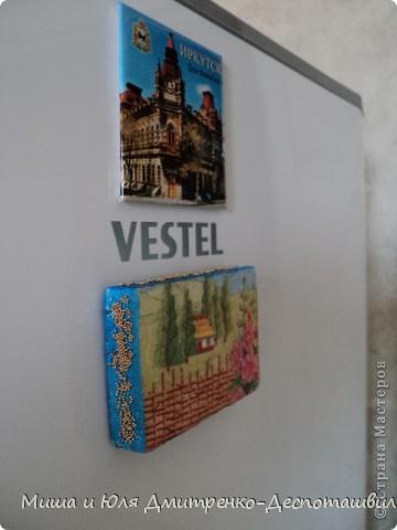 Такой магнитик на холодильник я сделала из миниатюрного кусочка пенопласта. Благо задолго до этого кто то из Вас, друзья, подарил мне очаровательную салфеточку с украинскими мотивами.  фото 2