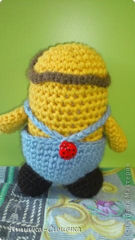Здравствуйте, Дорогие читательницы и посетители Страны мастеров!Очень рада вас тут видеть! Недавно мне захотелось связать какую-нибудь игрушку для своей сестрёнки. И вдруг нашла такого милого Миньончика вместе со схемой! http://www.liveinternet.ru/users/3859744/post204917386/ Вот что из этого вышло!) фото 4