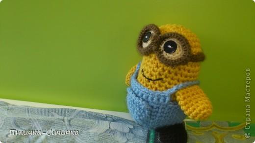 Здравствуйте, Дорогие читательницы и посетители Страны мастеров!Очень рада вас тут видеть! Недавно мне захотелось связать какую-нибудь игрушку для своей сестрёнки. И вдруг нашла такого милого Миньончика вместе со схемой! http://www.liveinternet.ru/users/3859744/post204917386/ Вот что из этого вышло!) фото 1