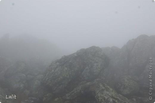 Гора Конжаковский камень (1569 м), север Среднего Урала, находится близ Краснотурьинска. Природа там - не описать словами! Воздух чистейший, виды умопомрачительные! Вот он - седой Урал! Древние ели, поросшие лишайником, вековые кедры, горные реки, поля ягодников на плато...  На Конжаке ежегодно проводится международный марафон 42 км - на вершину горы и обратно по размеченной флажками трассе. Во время марафона спортсмены и просто туристы совершают восхождение на гору за один день, задачу облегчает то, что организаторы обеспечивают питание и питье на всем протяжении трассы. Но обычно на гору ходят с двумя ночевками - на половине подъема ставят палатки и второй день посвящают подъему на вершину.  Итак, начнем. Для начала переправа через горную речку. Сейчас, в августе, она не такая полноводная, много бродов. Река Катышер, приток Лобвы.  Есть и другая дорога, трасса начинается с другой стороны, там приходится переходить через Конжаковку. фото 19