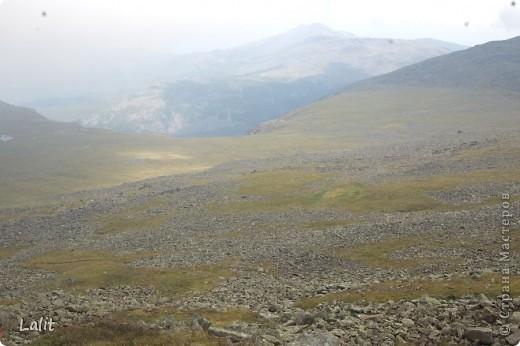 Гора Конжаковский камень (1569 м), север Среднего Урала, находится близ Краснотурьинска. Природа там - не описать словами! Воздух чистейший, виды умопомрачительные! Вот он - седой Урал! Древние ели, поросшие лишайником, вековые кедры, горные реки, поля ягодников на плато...  На Конжаке ежегодно проводится международный марафон 42 км - на вершину горы и обратно по размеченной флажками трассе. Во время марафона спортсмены и просто туристы совершают восхождение на гору за один день, задачу облегчает то, что организаторы обеспечивают питание и питье на всем протяжении трассы. Но обычно на гору ходят с двумя ночевками - на половине подъема ставят палатки и второй день посвящают подъему на вершину.  Итак, начнем. Для начала переправа через горную речку. Сейчас, в августе, она не такая полноводная, много бродов. Река Катышер, приток Лобвы.  Есть и другая дорога, трасса начинается с другой стороны, там приходится переходить через Конжаковку. фото 16