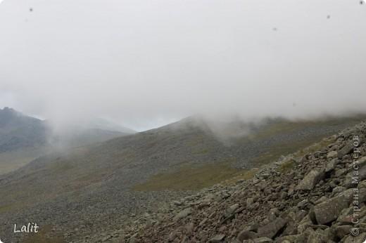 Гора Конжаковский камень (1569 м), север Среднего Урала, находится близ Краснотурьинска. Природа там - не описать словами! Воздух чистейший, виды умопомрачительные! Вот он - седой Урал! Древние ели, поросшие лишайником, вековые кедры, горные реки, поля ягодников на плато...  На Конжаке ежегодно проводится международный марафон 42 км - на вершину горы и обратно по размеченной флажками трассе. Во время марафона спортсмены и просто туристы совершают восхождение на гору за один день, задачу облегчает то, что организаторы обеспечивают питание и питье на всем протяжении трассы. Но обычно на гору ходят с двумя ночевками - на половине подъема ставят палатки и второй день посвящают подъему на вершину.  Итак, начнем. Для начала переправа через горную речку. Сейчас, в августе, она не такая полноводная, много бродов. Река Катышер, приток Лобвы.  Есть и другая дорога, трасса начинается с другой стороны, там приходится переходить через Конжаковку. фото 17