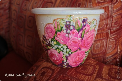 Кашпо для цветов по заказу мамы для розы, прямой декупаж. Пластиковое кашпо, лак акриловый, лак-спрей, салфетка, клей ПВА, контур по стеклу, блестки. фото 1