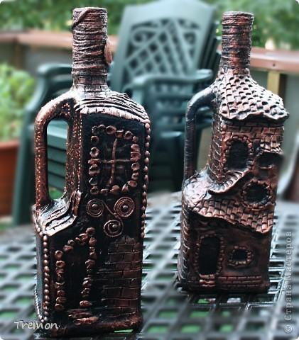 Бутылка справа - керапласт, бутылка слева - соленое тесто. С соленым тестом мне работалось на много проще, оно пластичнее, легче поддается. Бутылки тоже большие и тяжелые - 1,75 л. фото 1