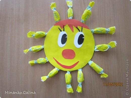 """Близится к концу лето.Ещё ярко светит солнце, но уже скоро нам будет не хватать его тепла.Пусть немножко согреет в пасмурную погоду наш солнечный праздник,который по календарю отмечают 3 мая.Мы так и планировали, но 3 мая из-за Евро-2012 у нас решили провести последний звонок для 11 класса.День Солнца мы провели 4 мая, но можно и в день весеннего равноденствия и летнего солнцестояния и даже осенью, когда день равняется ночи.А поскольку Солнце олицетворяет жизнь и в День Победы мы благодарим тех, кто отстоял жизнь, то в начале праздника мы вспомнили с благодарностью наших ветеранов.  Обязательным условием было наличие жёлтого, оранжевого или красного цвета в одежде. Все дети были методом случайного выбора поделены на 2 команды: """"Солнышко"""" и """"Подсолнушки"""".Каждый сам себе делал эмблему. фото 26"""