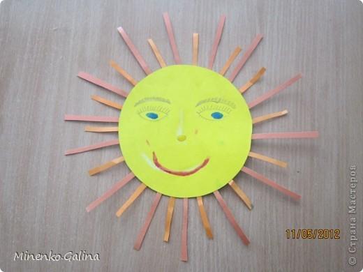"""Близится к концу лето.Ещё ярко светит солнце, но уже скоро нам будет не хватать его тепла.Пусть немножко согреет в пасмурную погоду наш солнечный праздник,который по календарю отмечают 3 мая.Мы так и планировали, но 3 мая из-за Евро-2012 у нас решили провести последний звонок для 11 класса.День Солнца мы провели 4 мая, но можно и в день весеннего равноденствия и летнего солнцестояния и даже осенью, когда день равняется ночи.А поскольку Солнце олицетворяет жизнь и в День Победы мы благодарим тех, кто отстоял жизнь, то в начале праздника мы вспомнили с благодарностью наших ветеранов.  Обязательным условием было наличие жёлтого, оранжевого или красного цвета в одежде. Все дети были методом случайного выбора поделены на 2 команды: """"Солнышко"""" и """"Подсолнушки"""".Каждый сам себе делал эмблему. фото 33"""