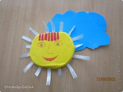 """Близится к концу лето.Ещё ярко светит солнце, но уже скоро нам будет не хватать его тепла.Пусть немножко согреет в пасмурную погоду наш солнечный праздник,который по календарю отмечают 3 мая.Мы так и планировали, но 3 мая из-за Евро-2012 у нас решили провести последний звонок для 11 класса.День Солнца мы провели 4 мая, но можно и в день весеннего равноденствия и летнего солнцестояния и даже осенью, когда день равняется ночи.А поскольку Солнце олицетворяет жизнь и в День Победы мы благодарим тех, кто отстоял жизнь, то в начале праздника мы вспомнили с благодарностью наших ветеранов.  Обязательным условием было наличие жёлтого, оранжевого или красного цвета в одежде. Все дети были методом случайного выбора поделены на 2 команды: """"Солнышко"""" и """"Подсолнушки"""".Каждый сам себе делал эмблему. фото 34"""