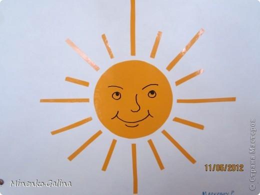 """Близится к концу лето.Ещё ярко светит солнце, но уже скоро нам будет не хватать его тепла.Пусть немножко согреет в пасмурную погоду наш солнечный праздник,который по календарю отмечают 3 мая.Мы так и планировали, но 3 мая из-за Евро-2012 у нас решили провести последний звонок для 11 класса.День Солнца мы провели 4 мая, но можно и в день весеннего равноденствия и летнего солнцестояния и даже осенью, когда день равняется ночи.А поскольку Солнце олицетворяет жизнь и в День Победы мы благодарим тех, кто отстоял жизнь, то в начале праздника мы вспомнили с благодарностью наших ветеранов.  Обязательным условием было наличие жёлтого, оранжевого или красного цвета в одежде. Все дети были методом случайного выбора поделены на 2 команды: """"Солнышко"""" и """"Подсолнушки"""".Каждый сам себе делал эмблему. фото 43"""