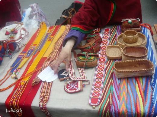 Я уже писала, что живу на крайнем севере, на Кольском полуострове. Коренными жителями нашего края являются саамы (сааме), которые поселились здесь около 8 тысяч лет назад. Основным занятием саамов являлись охота, рыболовство и оленеводство. В нашем городе 9 августа впервые отмечали День коренных народов мира. Надеюсь, это станет традицией. Сейчас на Кольском полуострове живёт околдо 2 - х тысяч саамов. Я покажу вам наиболее интересные моменты праздника.  фото 20