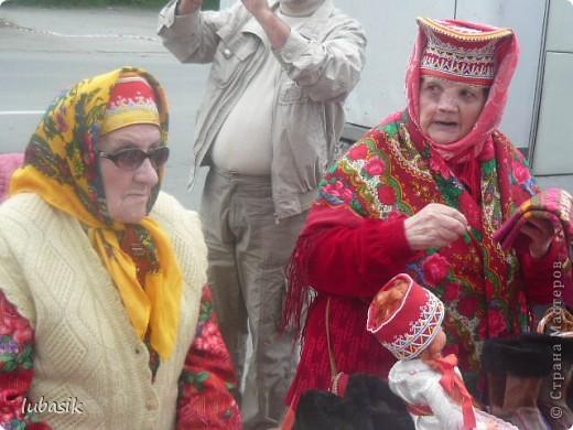 Я уже писала, что живу на крайнем севере, на Кольском полуострове. Коренными жителями нашего края являются саамы (сааме), которые поселились здесь около 8 тысяч лет назад. Основным занятием саамов являлись охота, рыболовство и оленеводство. В нашем городе 9 августа впервые отмечали День коренных народов мира. Надеюсь, это станет традицией. Сейчас на Кольском полуострове живёт околдо 2 - х тысяч саамов. Я покажу вам наиболее интересные моменты праздника.  фото 22