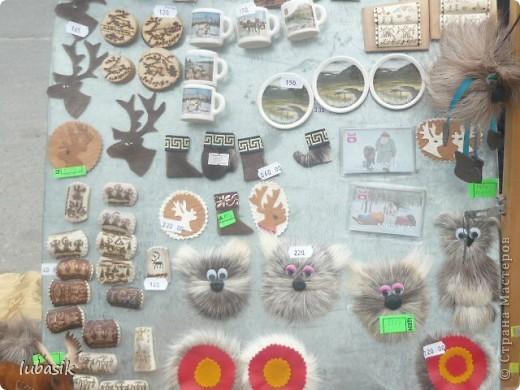 Я уже писала, что живу на крайнем севере, на Кольском полуострове. Коренными жителями нашего края являются саамы (сааме), которые поселились здесь около 8 тысяч лет назад. Основным занятием саамов являлись охота, рыболовство и оленеводство. В нашем городе 9 августа впервые отмечали День коренных народов мира. Надеюсь, это станет традицией. Сейчас на Кольском полуострове живёт околдо 2 - х тысяч саамов. Я покажу вам наиболее интересные моменты праздника.  фото 28