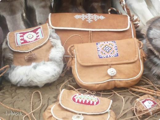 Я уже писала, что живу на крайнем севере, на Кольском полуострове. Коренными жителями нашего края являются саамы (сааме), которые поселились здесь около 8 тысяч лет назад. Основным занятием саамов являлись охота, рыболовство и оленеводство. В нашем городе 9 августа впервые отмечали День коренных народов мира. Надеюсь, это станет традицией. Сейчас на Кольском полуострове живёт околдо 2 - х тысяч саамов. Я покажу вам наиболее интересные моменты праздника.  фото 25