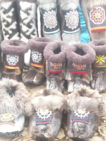 Я уже писала, что живу на крайнем севере, на Кольском полуострове. Коренными жителями нашего края являются саамы (сааме), которые поселились здесь около 8 тысяч лет назад. Основным занятием саамов являлись охота, рыболовство и оленеводство. В нашем городе 9 августа впервые отмечали День коренных народов мира. Надеюсь, это станет традицией. Сейчас на Кольском полуострове живёт околдо 2 - х тысяч саамов. Я покажу вам наиболее интересные моменты праздника.  фото 18