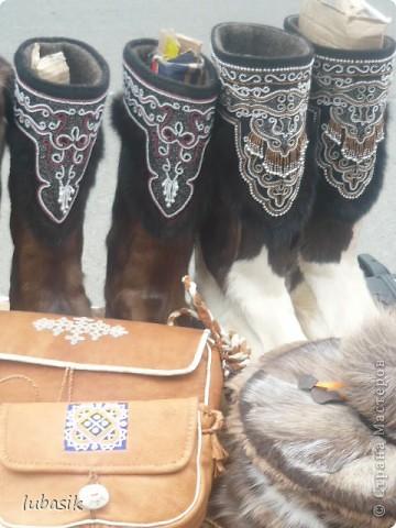 Я уже писала, что живу на крайнем севере, на Кольском полуострове. Коренными жителями нашего края являются саамы (сааме), которые поселились здесь около 8 тысяч лет назад. Основным занятием саамов являлись охота, рыболовство и оленеводство. В нашем городе 9 августа впервые отмечали День коренных народов мира. Надеюсь, это станет традицией. Сейчас на Кольском полуострове живёт околдо 2 - х тысяч саамов. Я покажу вам наиболее интересные моменты праздника.  фото 17
