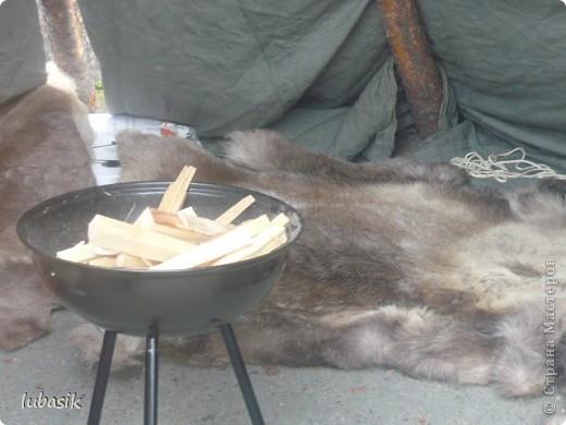 Я уже писала, что живу на крайнем севере, на Кольском полуострове. Коренными жителями нашего края являются саамы (сааме), которые поселились здесь около 8 тысяч лет назад. Основным занятием саамов являлись охота, рыболовство и оленеводство. В нашем городе 9 августа впервые отмечали День коренных народов мира. Надеюсь, это станет традицией. Сейчас на Кольском полуострове живёт околдо 2 - х тысяч саамов. Я покажу вам наиболее интересные моменты праздника.  фото 15