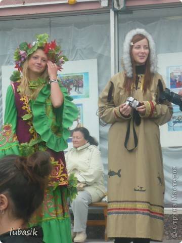 Я уже писала, что живу на крайнем севере, на Кольском полуострове. Коренными жителями нашего края являются саамы (сааме), которые поселились здесь около 8 тысяч лет назад. Основным занятием саамов являлись охота, рыболовство и оленеводство. В нашем городе 9 августа впервые отмечали День коренных народов мира. Надеюсь, это станет традицией. Сейчас на Кольском полуострове живёт околдо 2 - х тысяч саамов. Я покажу вам наиболее интересные моменты праздника.  фото 2