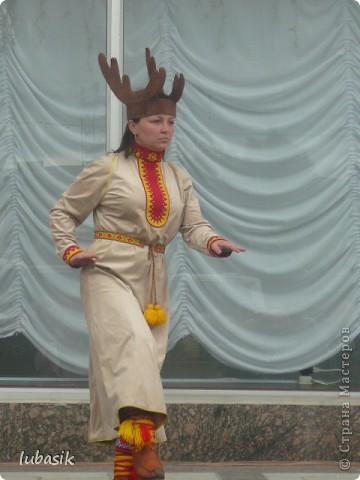 Я уже писала, что живу на крайнем севере, на Кольском полуострове. Коренными жителями нашего края являются саамы (сааме), которые поселились здесь около 8 тысяч лет назад. Основным занятием саамов являлись охота, рыболовство и оленеводство. В нашем городе 9 августа впервые отмечали День коренных народов мира. Надеюсь, это станет традицией. Сейчас на Кольском полуострове живёт околдо 2 - х тысяч саамов. Я покажу вам наиболее интересные моменты праздника.  фото 6