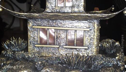"""Здравствуйте, Мастера и Мастерицы! Идея такого светильника-домик на скале, возникла уже давно, но время нашла только сейчас. Итак, светильник """"Пагода"""": стены-картон; рамы-деревянные шпажки; крыша- проволока, скотч, салфетки; скала- пенопласт, фольга, салфетки. Очень надеюсь, что вам понравится мой светильник.  фото 2"""