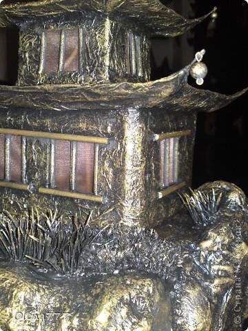 """Здравствуйте, Мастера и Мастерицы! Идея такого светильника-домик на скале, возникла уже давно, но время нашла только сейчас. Итак, светильник """"Пагода"""": стены-картон; рамы-деревянные шпажки; крыша- проволока, скотч, салфетки; скала- пенопласт, фольга, салфетки. Очень надеюсь, что вам понравится мой светильник.  фото 3"""
