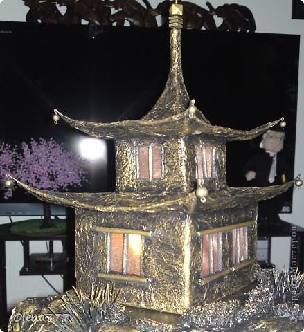 """Здравствуйте, Мастера и Мастерицы! Идея такого светильника-домик на скале, возникла уже давно, но время нашла только сейчас. Итак, светильник """"Пагода"""": стены-картон; рамы-деревянные шпажки; крыша- проволока, скотч, салфетки; скала- пенопласт, фольга, салфетки. Очень надеюсь, что вам понравится мой светильник.  фото 6"""
